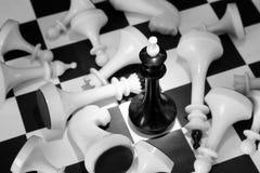 Μαύρος βασιλιάς σκακιού μεταξύ των νικημένων εχθρών Στοκ Εικόνες