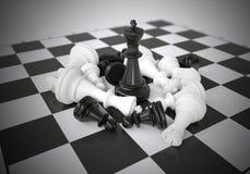 Μαύρος βασιλιάς σκακιού στη μέση της μάχης Στοκ φωτογραφία με δικαίωμα ελεύθερης χρήσης