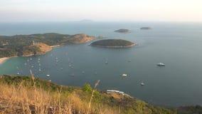Μαύρος βράχος επιφυλακής στο νησί Phuket Ένα πανόραμα του κόλπου και των μικρών νησιών απόθεμα βίντεο
