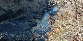 Μαύρος βράχος με την πέτρα ποταμών, βράχος, μέρος βουνών της φύσης lakhnadon Ινδία, εικόνα που λαμβάνεται το Φεβρουάριο του 2018, Στοκ Εικόνα