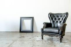 Μαύρος γνήσιος καναπές ύφους δέρματος κλασσικός στο εκλεκτής ποιότητας δωμάτιο στοκ εικόνες