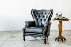 Μαύρος γνήσιος καναπές ύφους δέρματος κλασσικός στοκ εικόνα