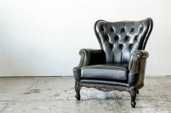 Μαύρος γνήσιος καναπές ύφους δέρματος κλασσικός στοκ εικόνα με δικαίωμα ελεύθερης χρήσης