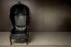 Μαύρος γνήσιος καναπές ύφους δέρματος κλασσικός στο εκλεκτής ποιότητας δωμάτιο στοκ φωτογραφία με δικαίωμα ελεύθερης χρήσης