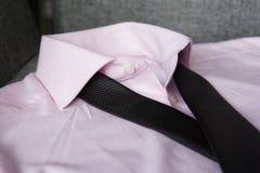 Μαύρος δεσμός στο πορφυρό πουκάμισο στοκ φωτογραφία