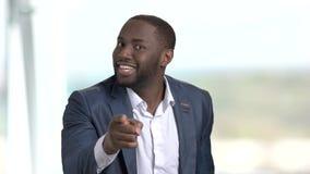 Μαύρος ενοχλημένος επιχειρηματίας που δείχνει με το δάχτυλο απόθεμα βίντεο