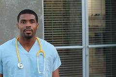 Μαύρος επαγγελματίας υγειονομικής περίθαλψης αφροαμερικάνων με το διάστημα αντιγράφων Στοκ Φωτογραφίες
