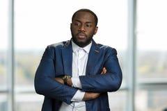 Μαύρος επιχειρηματίας με τα διασχισμένα όπλα Στοκ Φωτογραφίες
