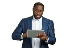 Μαύρος επιχειρηματίας με την ψηφιακή ταμπλέτα Στοκ Φωτογραφία