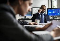 Μαύρος επιχειρηματίας που κάνει μια κλήση στην επιχειρησιακή συνεδρίαση Στοκ Φωτογραφίες