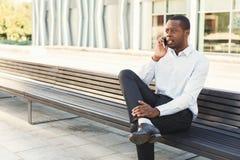 Μαύρος επιχειρηματίας υπαίθρια στα έξυπνα περιστασιακά εμπορεύματα Στοκ Φωτογραφία
