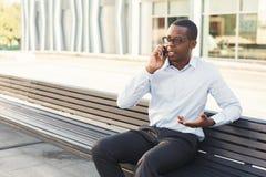 Μαύρος επιχειρηματίας υπαίθρια στα έξυπνα περιστασιακά εμπορεύματα Στοκ εικόνες με δικαίωμα ελεύθερης χρήσης