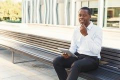 Μαύρος επιχειρηματίας υπαίθρια στα έξυπνα περιστασιακά εμπορεύματα Στοκ φωτογραφία με δικαίωμα ελεύθερης χρήσης