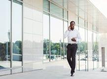 Μαύρος επιχειρηματίας υπαίθρια στα έξυπνα περιστασιακά εμπορεύματα Στοκ Εικόνες