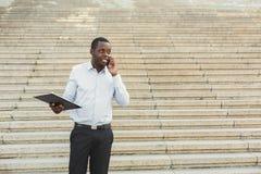 Μαύρος επιχειρηματίας υπαίθρια στα έξυπνα περιστασιακά εμπορεύματα Στοκ εικόνα με δικαίωμα ελεύθερης χρήσης