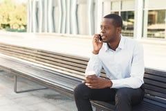 Μαύρος επιχειρηματίας υπαίθρια στα έξυπνα περιστασιακά εμπορεύματα Στοκ φωτογραφίες με δικαίωμα ελεύθερης χρήσης