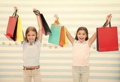 Μαύρος ερχομός Παρασκευής Παιδιά κοριτσιών παιδιών με τις συσκευασίες μετά από την ημέρα αγορών Οι φίλοι κοριτσιών ευτυχείς φέρνο στοκ εικόνες με δικαίωμα ελεύθερης χρήσης