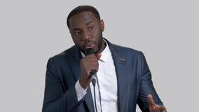 Μαύρος εύθυμος επιχειρηματίας που μιλά στο μικρόφωνο φιλμ μικρού μήκους