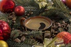 Μαύρος ισχυρός καφές στο φλυτζάνι, φασόλια καφέ, ντεκόρ, Χριστούγεννα φ στοκ εικόνες