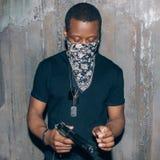 Μαύρος ιδιοτελής με το πυροβόλο όπλο Στοκ φωτογραφίες με δικαίωμα ελεύθερης χρήσης