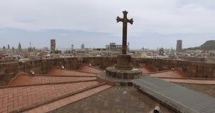 Μαύρος καθολικός σταυρός στη στέγη εκκλησιών, σκοτεινή εικονική παράσταση πόλης Άποψη από τη γέφυρα παρατήρησης, κορυφή του καθεδ φιλμ μικρού μήκους
