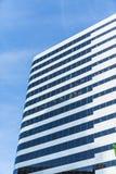 Μαύρος και ασημένιος πύργος γραφείων στο μπλε στοκ φωτογραφίες με δικαίωμα ελεύθερης χρήσης