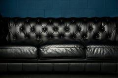 μαύρος καναπές δέρματος Στοκ εικόνα με δικαίωμα ελεύθερης χρήσης