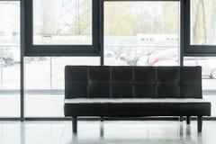 μαύρος καναπές δέρματος σε κενό στοκ εικόνα