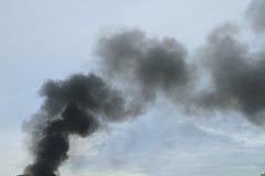 Μαύρος καπνός από το κάψιμο πυρκαγιάς Στοκ φωτογραφία με δικαίωμα ελεύθερης χρήσης