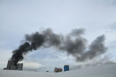 Μαύρος καπνός από το κάψιμο πυρκαγιάς Στοκ φωτογραφίες με δικαίωμα ελεύθερης χρήσης