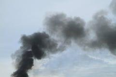Μαύρος καπνός από το κάψιμο πυρκαγιάς Στοκ Εικόνες
