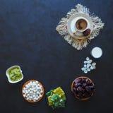 Μαύρος καφές, γάλα, ημερομηνίες και τουρκικά γλυκά σε ένα μαύρο υπόβαθρο Γλυκά τρόφιμα για ramadan Στοκ Εικόνα