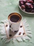 Μαύρος καφές και ημερομηνίες Γλυκά τρόφιμα για ramadan Στοκ Φωτογραφίες