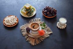 Μαύρος καφές και ημερομηνίες στο μαύρο πίνακα Γλυκά τρόφιμα για ramadan Στοκ φωτογραφία με δικαίωμα ελεύθερης χρήσης