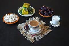 Μαύρος καφές και ημερομηνίες στο μαύρο πίνακα Γλυκά τρόφιμα για ramadan Στοκ Εικόνες