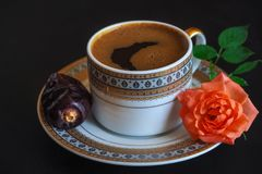 Μαύρος καφές και ημερομηνίες στο μαύρο πίνακα Γλυκά τρόφιμα για ramadan Στοκ Φωτογραφία