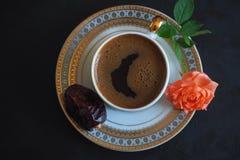 Μαύρος καφές και ημερομηνίες στο μαύρο πίνακα Γλυκά τρόφιμα για ramadan Στοκ εικόνα με δικαίωμα ελεύθερης χρήσης