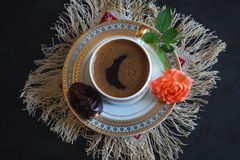 Μαύρος καφές και ημερομηνίες στο μαύρο πίνακα Γλυκά τρόφιμα για ramadan Στοκ Φωτογραφίες