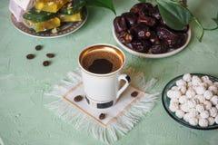 Μαύρος καφές και τουρκικά γλυκά Γλυκά τρόφιμα σε Ramadan Στοκ φωτογραφία με δικαίωμα ελεύθερης χρήσης