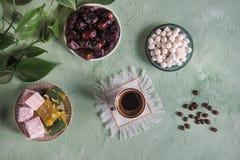 Μαύρος καφές και τουρκικά γλυκά Γλυκά τρόφιμα σε Ramadan Στοκ Φωτογραφίες