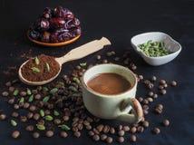 Μαύρος καφές με το καρδάμωμο και τις ημερομηνίες αραβικός καφές παραδοσι& Στοκ Φωτογραφίες