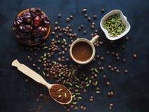 Μαύρος καφές με το καρδάμωμο και τις ημερομηνίες αραβικός καφές παραδοσι& Στοκ φωτογραφίες με δικαίωμα ελεύθερης χρήσης