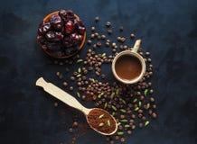 Μαύρος καφές με το καρδάμωμο και τις ημερομηνίες αραβικός καφές παραδοσι& Στοκ Εικόνες