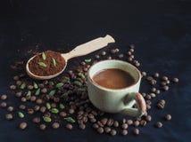 Μαύρος καφές με το καρδάμωμο και τις ημερομηνίες αραβικός καφές παραδοσι& Στοκ εικόνα με δικαίωμα ελεύθερης χρήσης