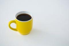 Μαύρος καφές που εξυπηρετείται στο κίτρινο φλυτζάνι Στοκ Εικόνες