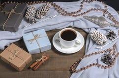 Μαύρος καφές, ραβδιά κανέλας και δώρα Χριστουγέννων με τις διακοσμήσεις Χριστουγέννων Στοκ φωτογραφία με δικαίωμα ελεύθερης χρήσης