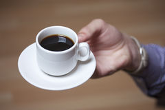 Μαύρος καφές σε ένα άσπρα φλυτζάνι και ένα πιατάκι Στοκ φωτογραφία με δικαίωμα ελεύθερης χρήσης
