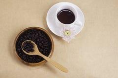 Μαύρος καφές στα άσπρα φασόλια φλυτζανιών και καφέ στοκ εικόνα με δικαίωμα ελεύθερης χρήσης
