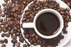 Μαύρος καφές στην άσπρα κούπα και τα σιτάρια Στοκ φωτογραφία με δικαίωμα ελεύθερης χρήσης