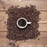 Μαύρος καφές στην άσπρα κούπα και τα σιτάρια Στοκ φωτογραφίες με δικαίωμα ελεύθερης χρήσης